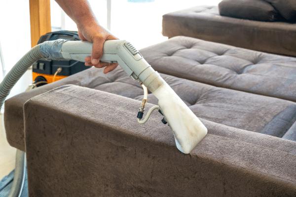 ניקוי ספה עם מכשיר ניקוי