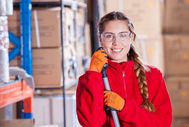 אישה עם משקפיים ומגב וכפפות