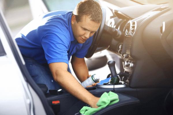 איש מנקה רכב