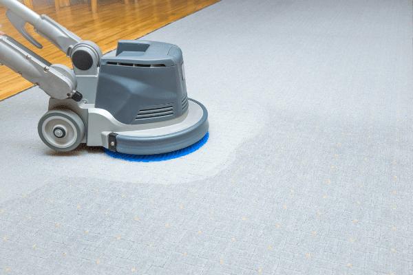 מכונת ניקוי שטיחים על שטיח