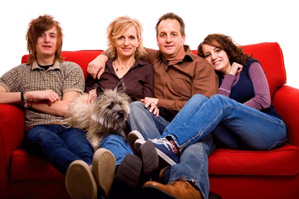 משפחה וכלב על ספה מבד