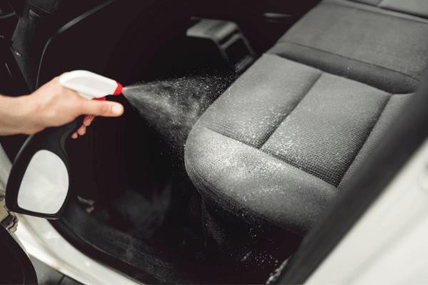 התזת חומר על מושבי רכב